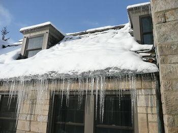 800px-Ice_dam_slate_roof.jpg