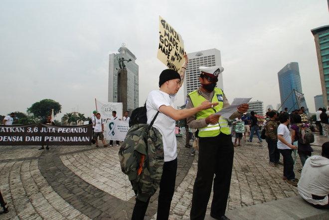 educating a policeman about cannabis.jpg